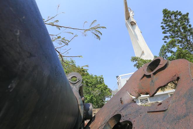 Trải qua hơn 110 năm, những khẩu pháo bị người dân tháo nhiều bộ phận để lấy kim loại. Ba khẩu pháo dưới tượng chúa Kitô cũng đã hư hỏng hoặc bị viết bậy lên.