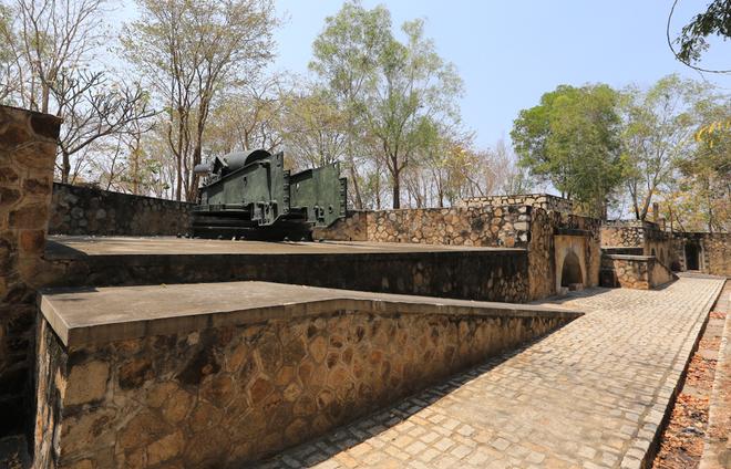Những khẩu đại pháo núi Lớn đều hướng ra biển Đông. Phía sau mỗi khẩu pháo đều có hầm chứa đạn và hệ thống giao thông hào, liên kết với các cổ pháo khác xung quanh là hệ thống kho đạn và hầm pháo thủ.