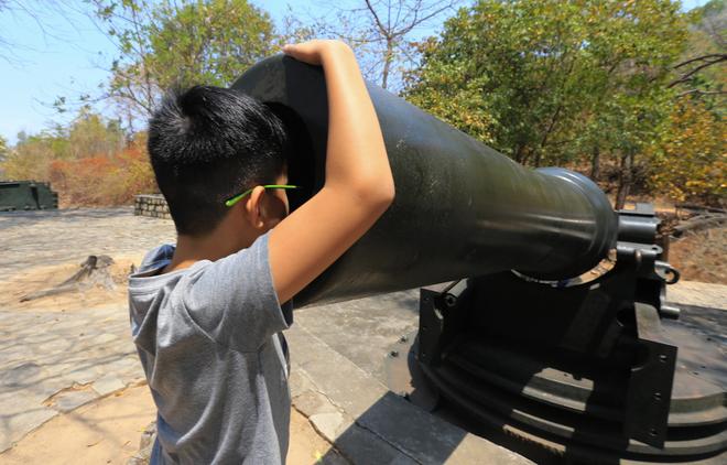 Trận địa pháo ở Núi Lớn nằm ở độ cao hơn 100 m so với mực nước biển. Các đại pháo được đặt trên bệ, bố trí theo hình vòng cung, mỗi khẩu cách nhau 17,5 m.