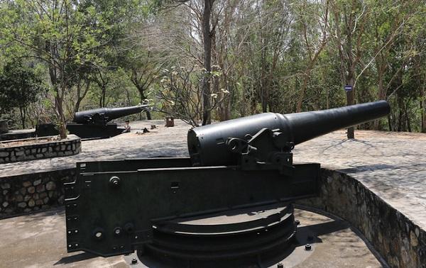 Sau khi chiếm được Nam Kỳ (1862), thực dân Pháp liền quan tâm đến việc phát triển tuyến phòng thủ ven biển. Từ năm 1895, một trận địa pháo phòng thủ bờ biển lớn nhất Đông Dương thời bấy giờ trên các ngọn núi tại Vũng Tàu (Bà Rịa - Vũng Tàu) được thiết lập.