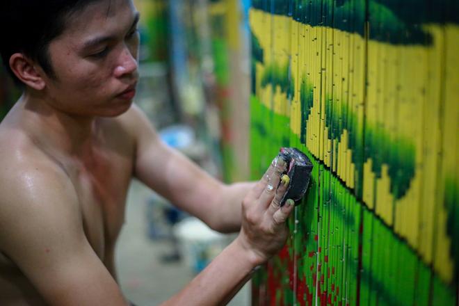 """""""Sản phẩm mành trúc dù có đầu ra nhưng hiện nay, trong xã hầu như không có người trẻ theo nghề vì thu nhập bấp bênh, việc học nghề tốn nhiều thời gian lẫn công sức"""", anh Nguyễn Văn Sen, thợ làm mành trúc hơn 10 năm, nói."""