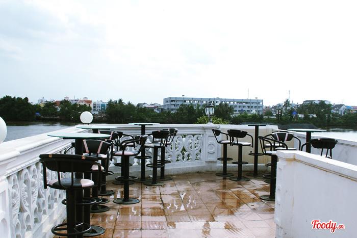 Nằm ngay trong khuôn viên một căn biệt thự ven sông Sài Gòn, Cafe SG Gió & Nước chính là nơi thích hợp cho những ai muốn tìm một chốn yên tĩnh để nghỉ ngơi sau một ngày dài.