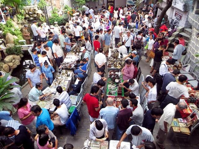 """Phố """"ve chai"""" thực chất là quán cà phê Cao Minh, nằm trong hẻm nhỏ đường Nơ Trang Long (quận Bình Thạnh). Vào mỗi sáng chủ nhật, tại quán cà phê này sẽ tổ chức một phiên chợ độc đáo, chợ """"ve chai""""."""