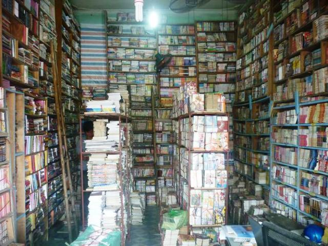 Một cửa hiệu ngập tràn sách cũ trên đường Trần Nhân Tôn. Nguồn Hữu Nam