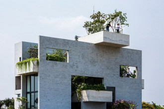 """Nhà được thiết kế theo phong cách xếp khối, nằm trong loạt dự án """"ngôi nhà cho những cây xanh"""" do VTN Architects đảm nhiệm."""