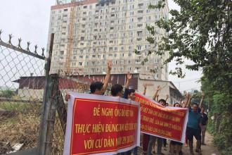 Khách hàng Tân Bình Apartment bức xúc đi đòi nhà (Ảnh: FB: Hội Cư Dân Tân Bình Apartment)