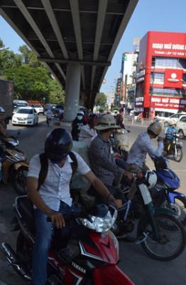 Người Sài Gòn đang quay cuồng với nắng nóng. Ảnh: Như Sỹ