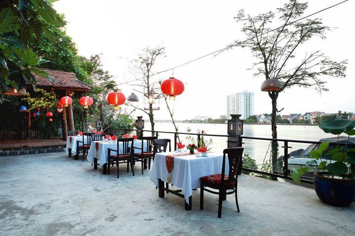 An restaurant hoàn toàn tách biệt với không gian bên ngoài, yên tĩnh, sạch sẽ và thoáng mát.