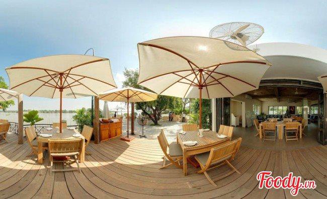 Giữa sông nước mênh mông, Boat House nổi lên như một ốc đảo xinh đẹp, gần gũi với thiên nhiên. Nhà hàng tọa lạc ngay bên sông Sài Gòn trong khuôn viên khu biệt thự Thảo Điền, An Phú, là điểm hẹn hò lý tưởng cho những ai yêu thích cảnh sông nước, thiên nhiên.