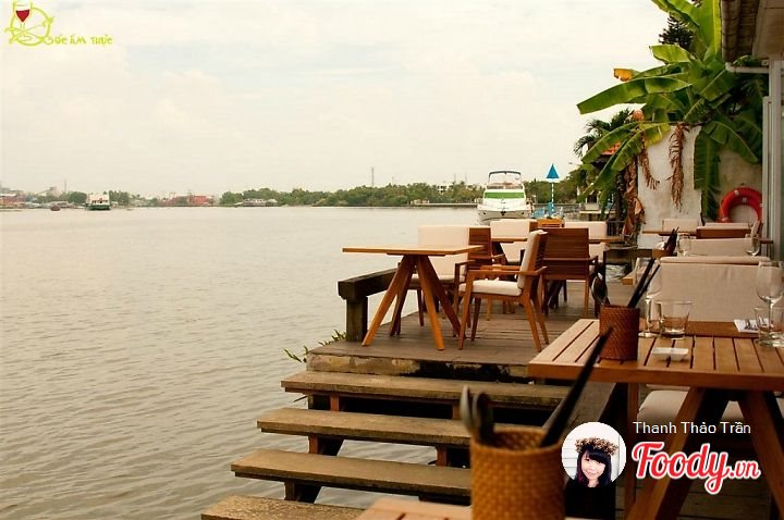 Nhà hàng nằm sát bờ sông, The Deck Saigon được thiết kế theo kiểu Tây vừa hiện đại, sang trọng, lại không kém phần nên thơ. Đây là nơi hẹn hò lí tưởng cho những cặp tình nhân, hay những cuộc gặp mặt đầm ấm bên gia đình.
