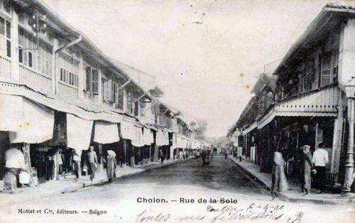 Đường Trần Hưng Đạo băng qua một đầm lầy nối chợ Bến Thành với chợ Lớn.