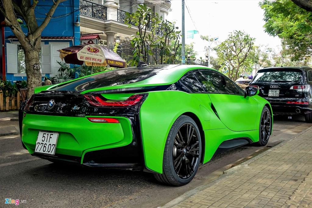 Chi phí dán toàn bộ chiếc xe khoảng 15-20 triệu tùy chất liệu. Độ bền có thể lên tới 2 năm. Tuy nhiên, chủ xe thường bóc ra dán lại sau vài tháng khi đã chán.