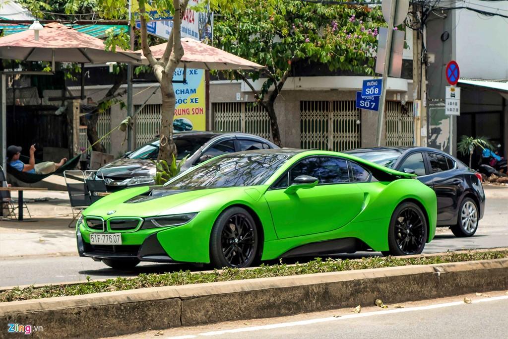 BMW i8 là xe thể thao hybrid siêu tiết kiệm nhiên liệu. Xe sử dụng động cơ tăng áp kép dung tích 1.5 lít, 3 xi-lanh, công suất 231 mã lực và mô-men xoắn cực đại 320 Nm, kết hợp với động cơ điện 131 mã lực và mô-men xoắn cực đại 250 Nm, cho tổng công suất 362 mã lực và mô-men xoắn cực đại 570 Nm.