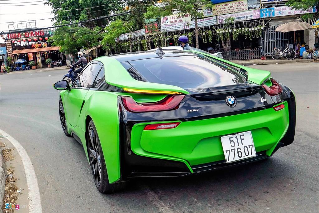 i8 có thể tăng tốc 0-100 km/h trong 4,4 giây, mức tiêu hao nhiên liệu là 2,5 lít/100 km.