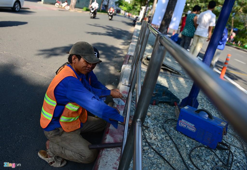 Anh Nguyễn Hoàng Minh, một công nhân lắp đặt rào chắn nhà chờ, cho biết đội của anh đang cố gắng lắp đặt những rào chắn để mọi người có thể biết đón đúng trạm và an toàn.