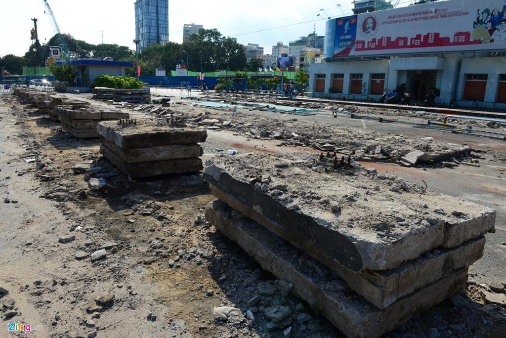 Những khối bê tông sẽ được vận chuyển đi trả lại mặt bằng thi công trạm metro số 1.