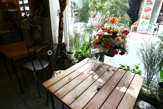 Ở tầng 1 là một cửa hàng bán hoa tươi và đồ lưu niệm, đặt cùng một số bàn cà phê nhỏ xinh.