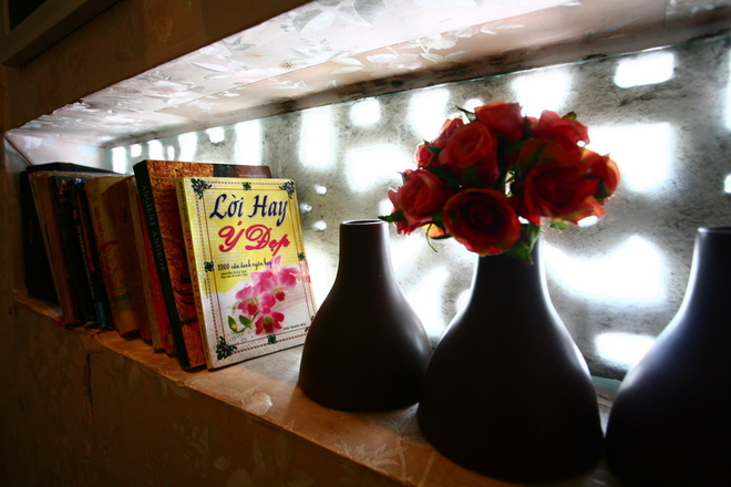 Quán cà phê thơm ngát hương hoa ở Sài Gòn   Nếu rảnh rỗi, hay phải chờ đợi, quán sẵn có những cuốn sách để khách đọc thư giãn.
