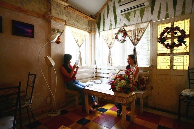 Vì không rộng lắm nên nội thất bài trí của quán khá tiết kiệm nhưng khéo léo, khiến nhiều khách trẻ phải rút điện thoại chụp hình.