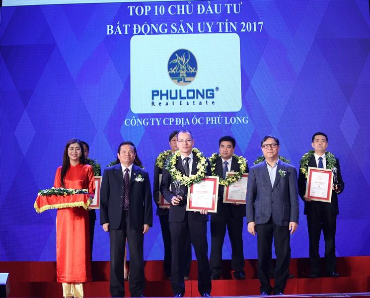 Hinh 1 - Ông Vũ Hoài Nam - Phó TGĐ Công ty Phú Long nhận giải