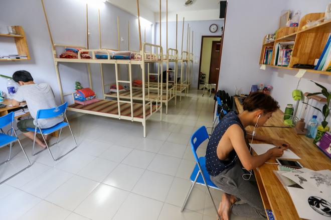 Ký túc xá được đầu tư 40 tỷ đồng với 54 phòng có diện tích 45 m2, có thể tiếp nhận hơn 430 người. Sau gần một năm hoạt động, đã có khoảng 200 sinh viên các trường trong thành phố dọn vào ở.