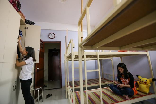 Khi vào ở, sinh viên sẽ được cung cấp miễn phí chăn, gối, màn, chiếu. Mỗi bạn đều được trang bị thêm một tủ sắt cá nhân.