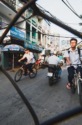 Nằm sâu bên trong tuyến đường mua bán sầm uất Nguyễn Trãi và Nguyễn Cư Trinh (quận 1, TP.HCM) là khu Mả Lạng. Nơi đây có những con hẻm sâu hun hút, dẫn vào các căn nhà nhỏ xíu và san sát nhau.