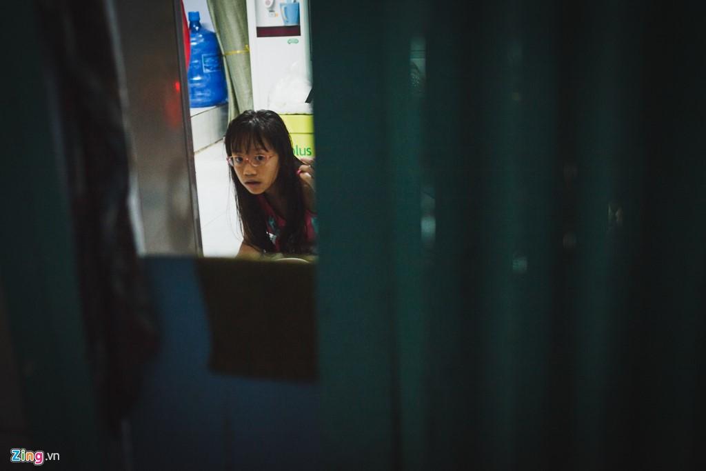 Một chỗ ngồi học bài cũng là điều xa xỉ đối với trẻ em nơi đây. Các em phải ngồi làm bài tập ngay tại không gian sinh hoạt chung của gia đình.