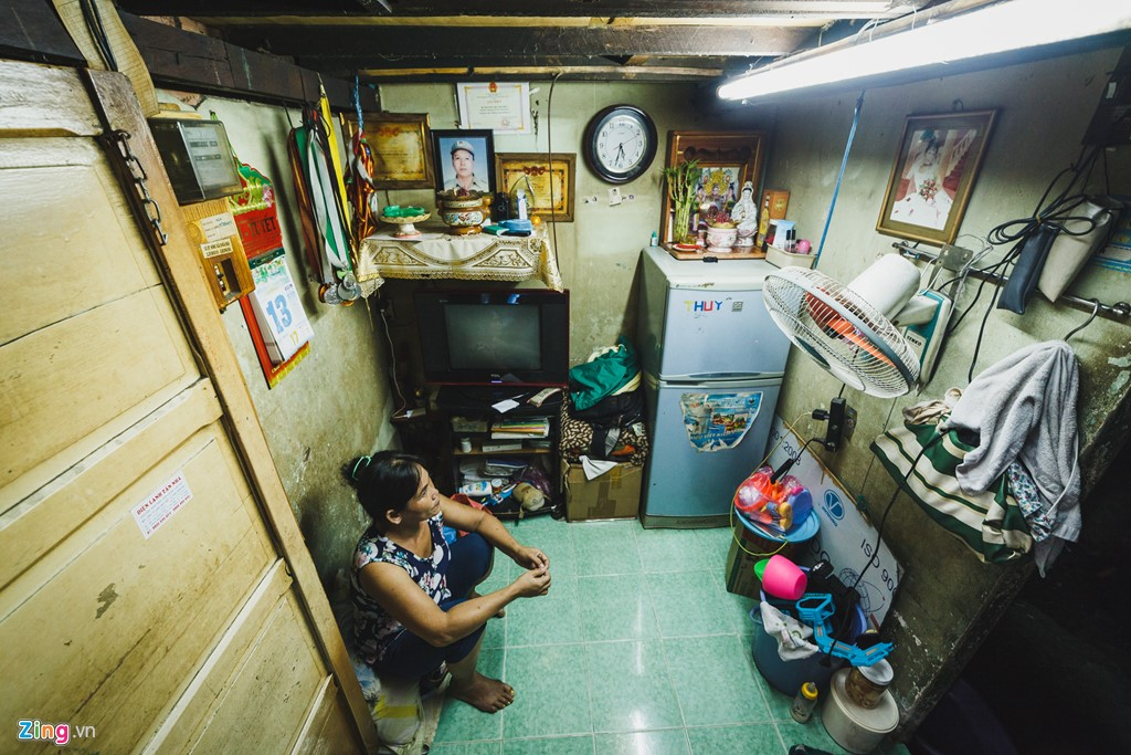 Tại khu Mả Lạng, không khó để bắt gặp những gia đình có hoàn cảnh éo le, khó khăn. Ngồi một mình trong căn nhà với diện tích 1,2 m x 2 m, gỗ trần mục nát, chị Nguyễn Thị Nga (48 tuổi) đang nghĩ đến việc làm sao để có tiền sửa nhà khi mùa mưa sắp đến.