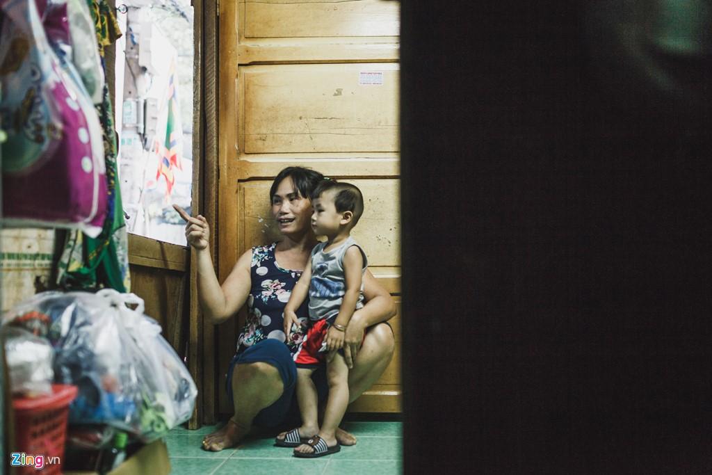 Hiện tại, công việc chính của chị là trông giữ trẻ em với thu nhập 100.000 đồng/ngày, do không còn đủ sức khoẻ để đi bán hàng.