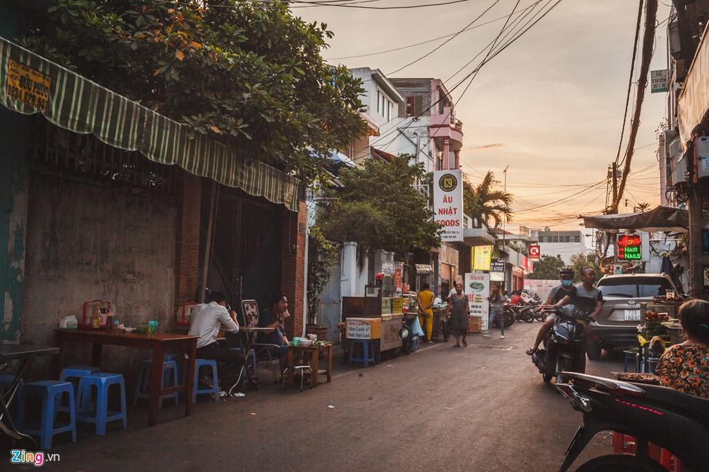 Ở đường hẻm chính, cuộc sống có vẻ dễ thở hơn vì đường lớn và có nhiều hàng quán. Tuy nhiên, những người buôn bán và sinh sống tại đây sắp tới cũng không được phép bán hàng theo chủ trương chỉnh trang đô thị.
