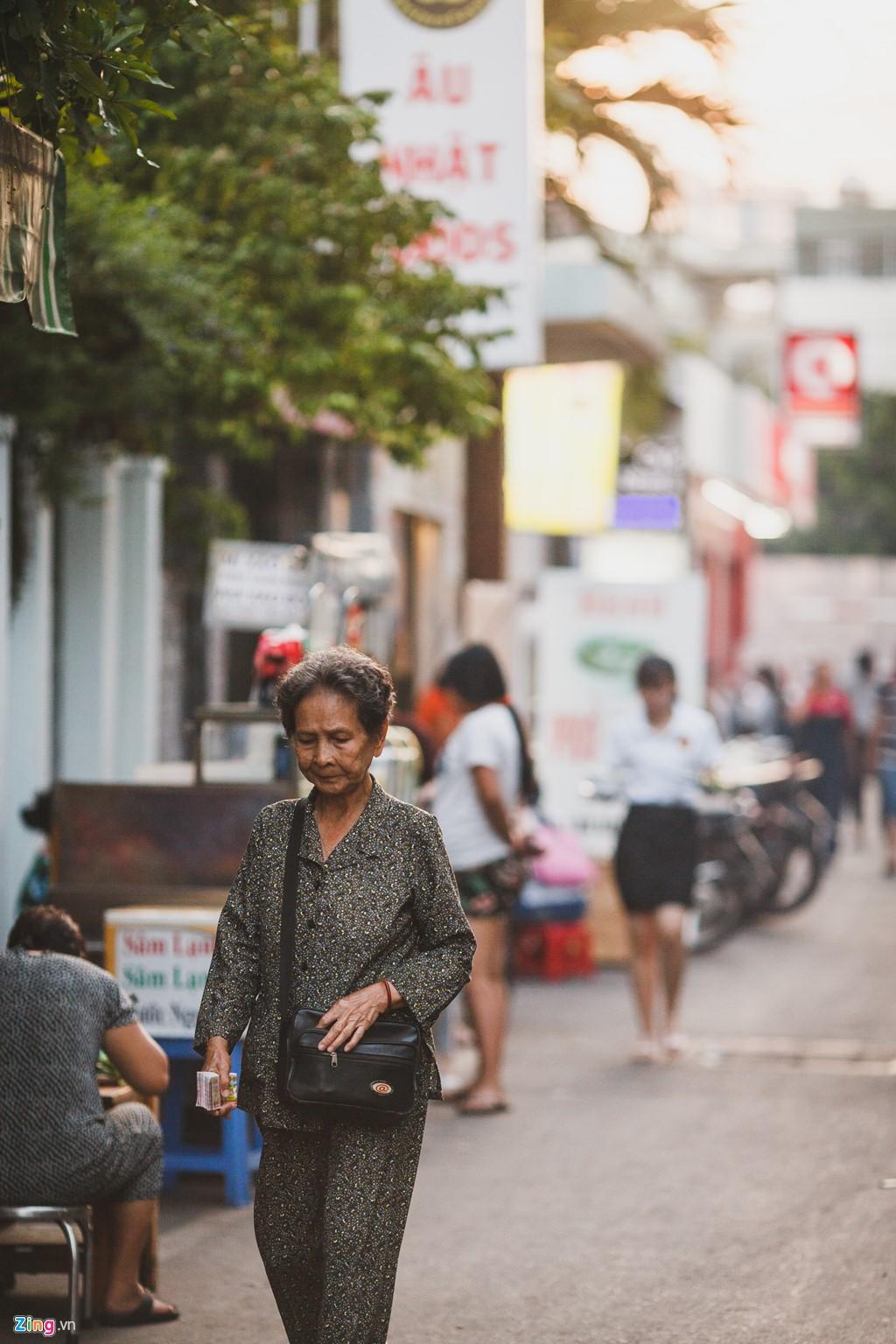 Với diện tích khoảng 3 ha, khu Mả Lạng hiện có khoảng 550 hộ dân với hơn 2.500 nhân khẩu. Trong đó, đa phần là những người làm nghề lao động tay chân như lái xe ôm, bán vé số, hàng rong,...