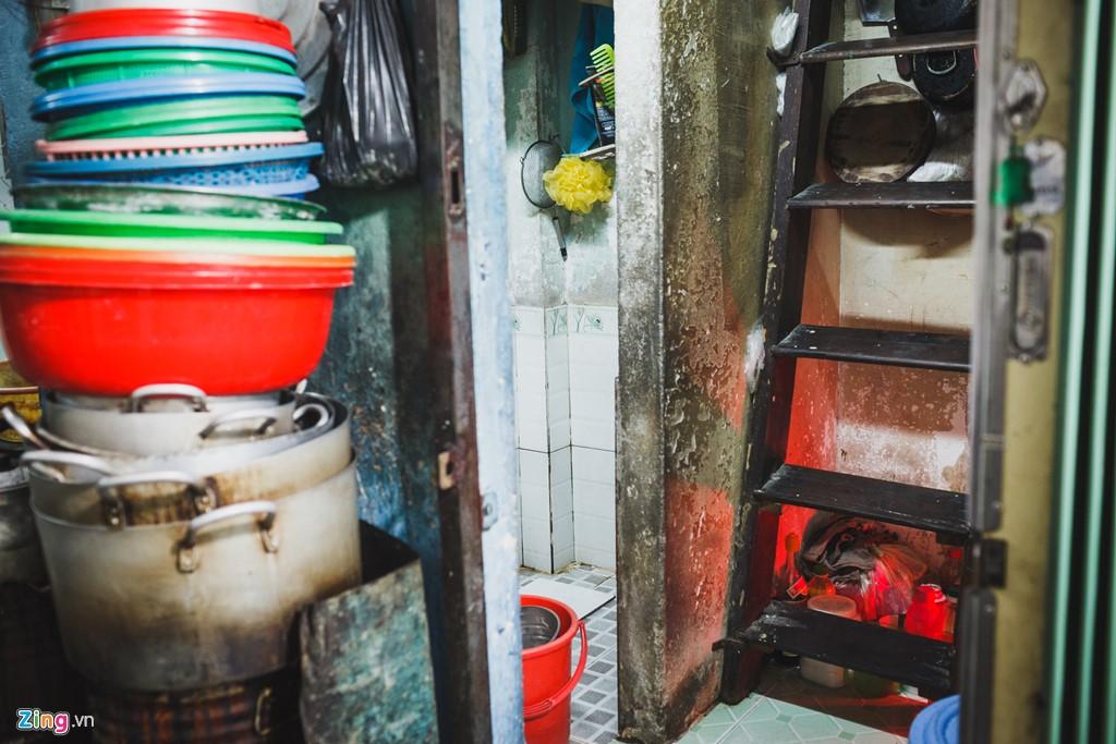 Cách gia đình ông Sơn không xa là một căn nhà khác nhỏ hơn. Việc bếp núc được chuyển ra ngoài hẻm, khi trong nhà chỉ vừa đủ diện tích cho một phòng vệ sinh và một lối đi cầu thang dẫn lên gác.