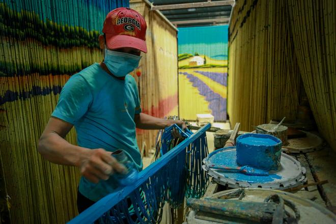 Nghề mành trúc yêu cầu người thợ vừa phải khéo tay, vừa phải chấp nhận làm việc trong môi trường có mùi sơn độc hại.