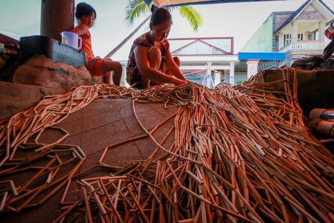"""Trung bình mỗi ngày, một người thợ có thể kiếm được 200.000 đồng từ việc gia công sản phẩm. """"Nghề mành trúc có ưu điểm là tận dụng trong lúc nông nhàn, từ người già đến trẻ nhỏ đều có thể làm được các công đoạn đơn giản"""", bà Mai nói."""