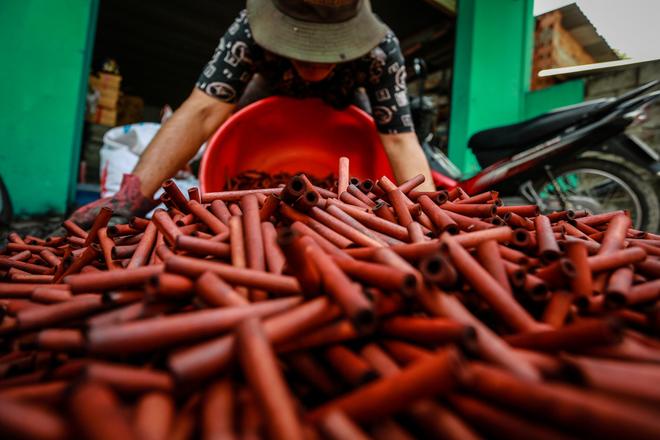 Ông Nguyễn Trung, người làm mành trúc hơn 40 năm, cho biết nguyên liệu trúc nhập chủ yếu từ tỉnh Tây Ninh. Những nhánh trúc tròn đều, được cạo sạch lớp lụa bên ngoài, rồi cắt thành từng đoạn nhỏ dài 6 cm, ngâm trong nước bồ hòn để chống mối mọt. Sau đó, trúc được phơi khô chừng hai nắng hoặc sấy.