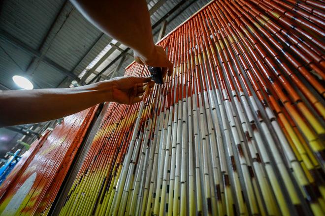 Sơn vẽ trên mành trúc là công đoạn quan trọng nhất, quyết định giá trị sản phẩm. Điều đặc biệt là người thợ sẽ không dùng cọ mà dùng một miếng xốp để vẽ các họa tiết trang trí lên mành trúc.