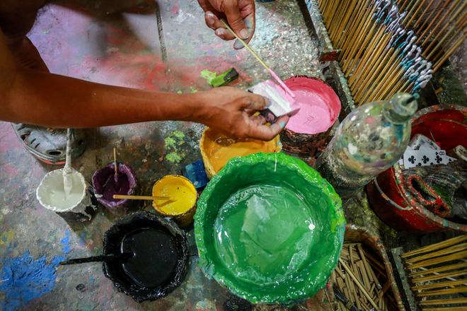 Việc pha chế màu sơn được các họa sĩ tính toán và thử nghiệm bằng cách quệt lên tường hoặc miếng bọt biển trước khi sơn.