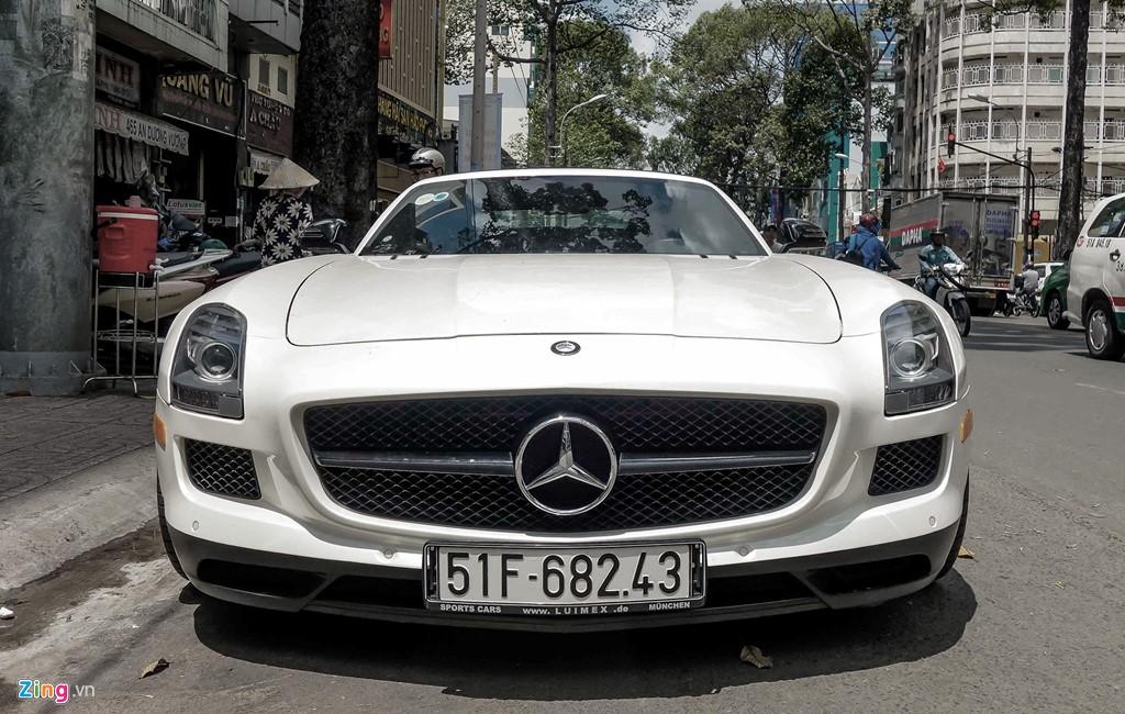 Tháng 5/2016, chiếc Mercedes SLS Roadster đầu tiên và duy nhất được nhập về Việt Nam. Theo giới thạo tin, siêu xe này thuộc sở hữu của một đại gia nổi tiếng trong ngành cà phê có sở thích sưu tầm siêu xe màu trắng. Ngoài chiếc SLS mui trần, vị đại gia này còn sở hữu một chiếc SLS Coupe màu bạc đầu tiên tại Việt Nam.