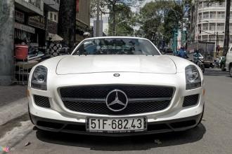 Hiện nay Mercedes đã ngừng sản xuất toàn bộ mẫu SLS để thay thế bằng dòng GT nhỏ hơn, sử dụng động cơ tăng áp. Dù được nhiều tạp chí xe hơi đánh giá cao về thiết kế, SLS không thành công về doanh số. Đây cũng là dòng siêu xe đầu tiên kể từ khi Mercedes và McLaren kết thúc hợp tác.