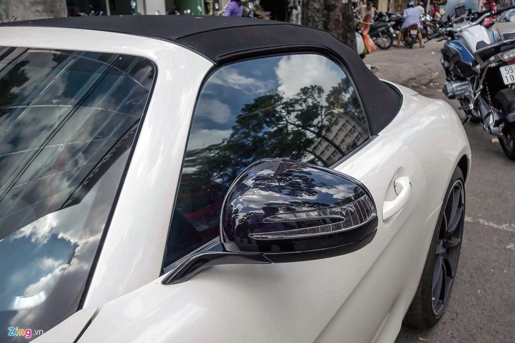 Siêu xe Mercedes SLS mui trần duy nhất tại Việt Nam của đại gia cà phê 18:06 11/04/2017 2  Mercedes SLS vốn dĩ là dòng xe rất hiếm tại Việt Nam bởi chỉ có 3 chiếc coupe. Tuy nhiên bản mui trần còn hiếm hơn bởi chỉ một bản được nhập về, thuộc sở hữu của đại gia cà phê. Sieu xe Mercedes SLS mui tran duy nhat tai Viet Nam cua dai gia ca phe hinh anh 1 Tháng 5/2016, chiếc Mercedes SLS Roadster đầu tiên và duy nhất được nhập về Việt Nam. Theo giới thạo tin, siêu xe này thuộc sở hữu của một đại gia nổi tiếng trong ngành cà phê có sở thích sưu tầm siêu xe màu trắng. Ngoài chiếc SLS mui trần, vị đại gia này còn sở hữu một chiếc SLS Coupe màu bạc đầu tiên tại Việt Nam.  Sieu xe Mercedes SLS mui tran duy nhat tai Viet Nam cua dai gia ca phe hinh anh 2 Tuy nhiên gần một năm kể từ khi nhập về, siêu xe này hầu như không xuất hiện trên đường phố và được cất kỹ trong garage. Mới đây, chiếc SLS Roadster xuất hiện trước một showroom chuyên bán siêu xe tại TP.HCM thu hút sự chú ý. Sieu xe Mercedes SLS mui tran duy nhat tai Viet Nam cua dai gia ca phe hinh anh 3 Mercedes SLS Roadster sử dụng động cơ dung tích 6.2 lít, V8, công suất 591 mã lực tại 6.800 vòng/phút và 650 Nm tại 4.750 vòng/phút. Tăng tốc từ 0-100 km/h trong 3,7 giây, tốc độ tối đa 317 km/h.    Sieu xe Mercedes SLS mui tran duy nhat tai Viet Nam cua dai gia ca phe hinh anh 4 Tại Việt Nam, SLS coupe tiêu chuẩn có giá khoảng 12 tỷ đồng. Tuy nhiên với bản mui trần giới hạn, mức giá có thể lên tới 15 tỷ đồng. Sieu xe Mercedes SLS mui tran duy nhat tai Viet Nam cua dai gia ca phe hinh anh 5 Mặc dù sử dụng động cơ 6.2 lít nhưng xe vẫn được gắn huy hiệu 6.3 nhằm kỷ niệm dòng động cơ 6.3L M100 nổi tiếng của Mercedes - động cơ V8 đầu tiên AMG tự sản xuất.   Sieu xe Mercedes SLS mui tran duy nhat tai Viet Nam cua dai gia ca phe hinh anh 6 Điểm khác biệt giữa bản mui trần và bản coupe là mui vải có thể xếp gọn trong cốp sau trong vòng 11 giây khi đang chạy vận tốc dưới 50 km/h. Ngoài ra do kết cấu mui mềm nên cánh cửa được mở ngang 