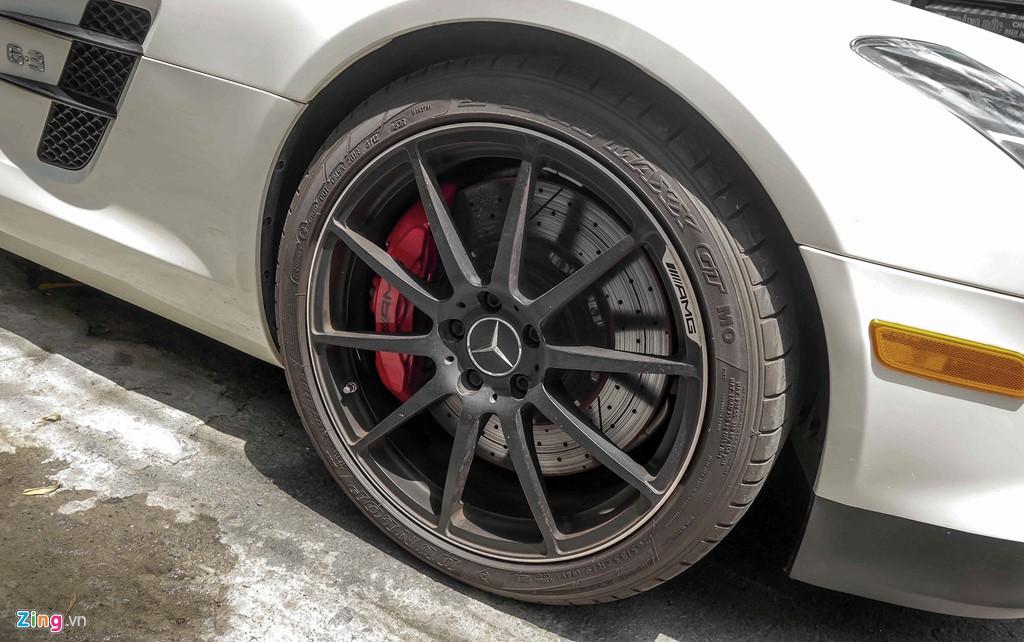 Xe sử dụng vành hợp kim do AMG chế tạo, kích thước 20 inch, màu sơn đen mờ, kẹp phanh màu đỏ. Đi kèm với bộ lốp 265/35 ZR 19 phía trước và 295/30 ZR 20 phía sau.