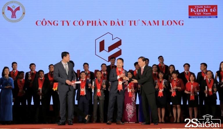 Ông Nguyễn Minh Quang – đại diện Cty CPĐT Nam Long lên nhận giải thưởng Thương hiệu mạnh Việt Nam 2017.