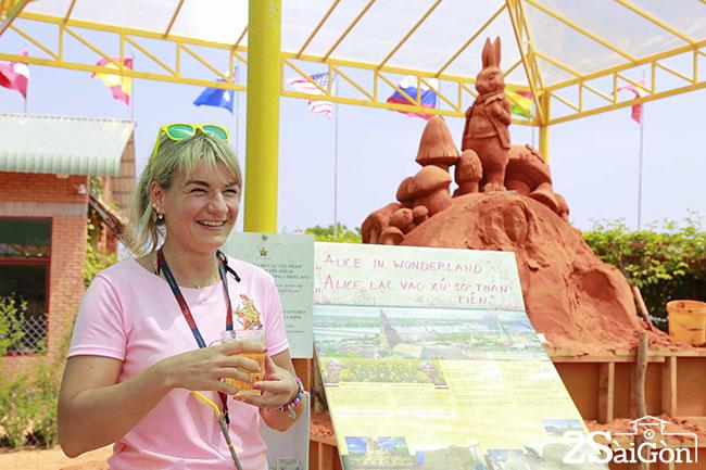 Nha cuu vo dich Agnese Rudzite Kirillova va tac pham Alice in Wonderland4