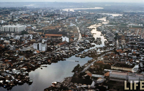 Kênh rạch ở Sài Gòn tràn ngập nhà ổ chuột trước năm 1975. Ảnh: Life