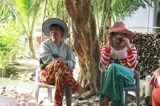 Chị Ý Lan (trái) và chị Như Bình (phải) tâm sự rằng hai chị không có được hạnh phúc trọn vẹn trong tình yêu