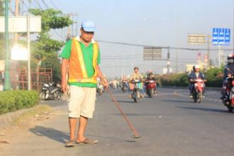 Hàng ngày anh Phong đi dọc đoạn đường từ phường An Phú Đông đến ngã tư Tô Ngọc Vân (Q.12) TP.HCM để hút đinh