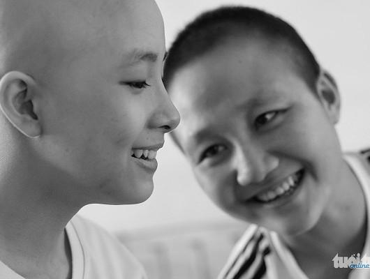 Tình bạn chính là sức mạnh để cả hai cùng nhau vượt qua nỗi đau của căn bệnh ung thư quái ác - Ảnh: NGỌC HIỂN