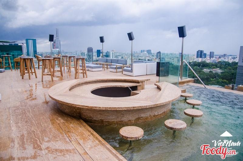 Nếu bạn muốn tận hưởng cảnh hoàng hôn bên bể bơi vô cực cao nhất thành phố Sài Gòn thì Hotel Des Arts Saigon chính là nơi đó.