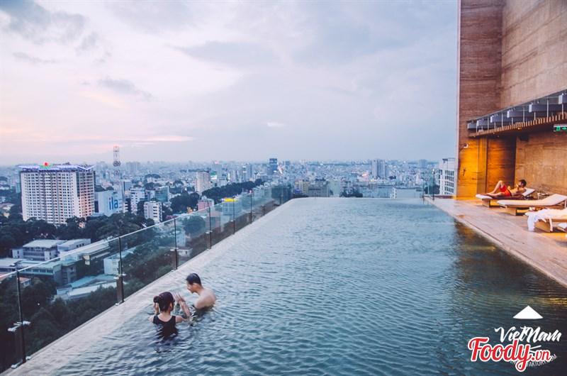 Nằm trên tầng 24 của tòa nhà với view nhìn được toàn trung tâm thành phố Sài Gòn hoa lệ. Tuy nhiên hồ bơi chỉ mở cửa cho khách lưu trú tại khách sạn sử dụng, không bán vé bơi cho khách ngoài khách sạn. Ảnh tại Hotel Des Arts Saigon